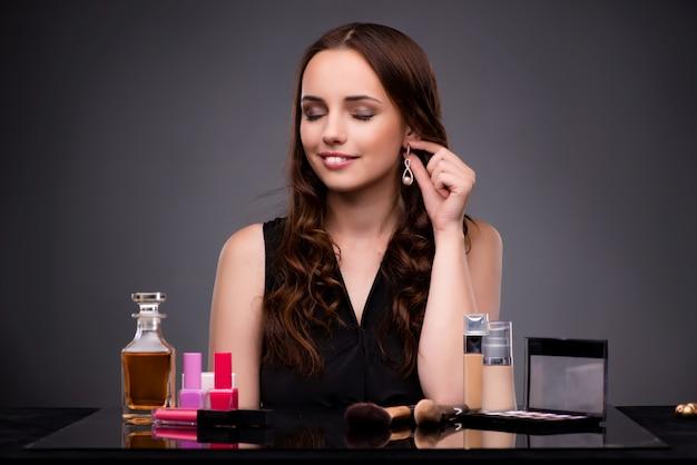 Mulher fazendo maquiagem