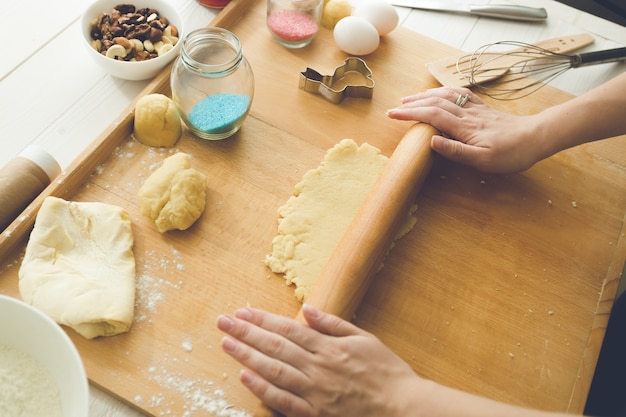 Mulher fazendo massa doce para biscoitos