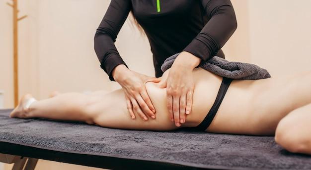 Mulher fazendo massagem anticelulite nos pés