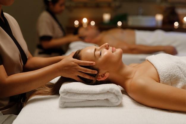 Mulher fazendo massagem balinesa