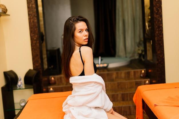 Mulher fazendo massagem corporal no salão spa. conceito de tratamento de beleza.