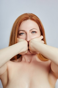 Mulher fazendo massagem facial, ginástica, linhas de massagem e olhos e nariz de boca de plástico