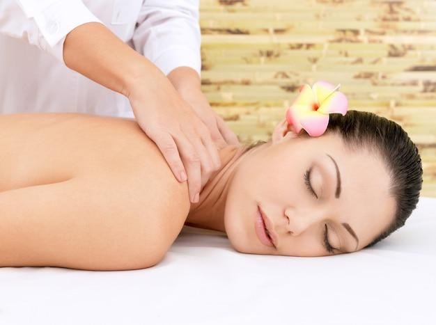 Mulher fazendo massagem na cabeça no salão spa. conceito de tratamento de beleza.