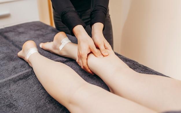 Mulher fazendo massagem profissional nos pés