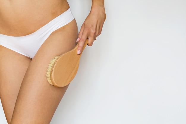 Mulher fazendo massagem seca com escova