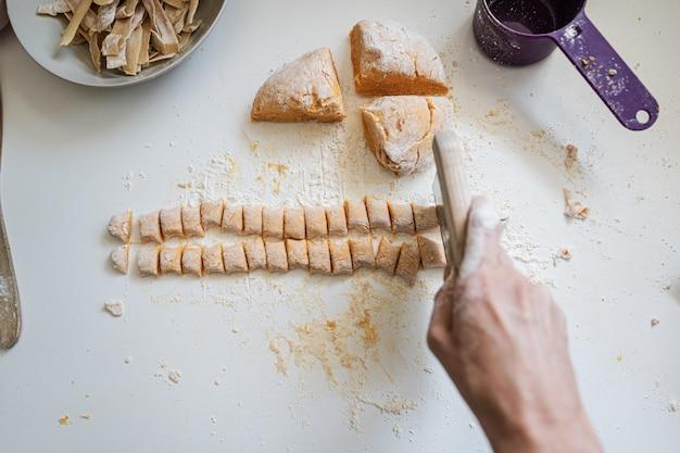 Mulher fazendo nhoque de batata doce caseiro