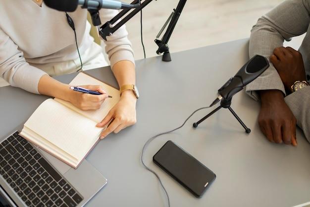 Mulher fazendo perguntas em um podcast