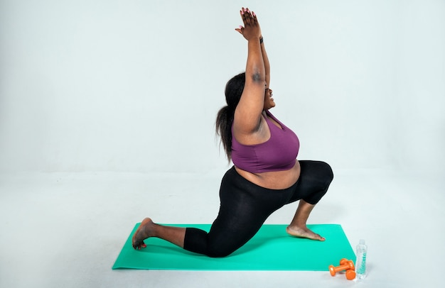 Mulher fazendo pilates e treinamento funcional no conceito de ginásio sobre fitness esportivo e perda de peso