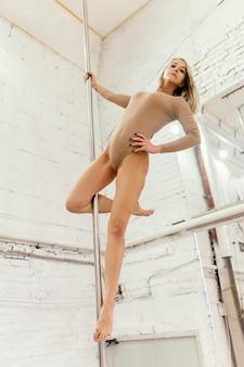 Mulher fazendo pole dance