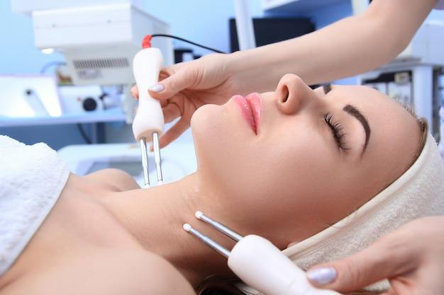 Mulher fazendo procedimentos cosméticos em clínica de spa.