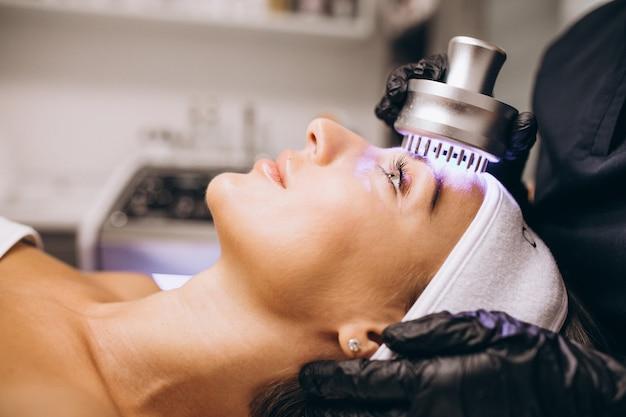 Mulher fazendo procedimentos de beleza em um salão de beleza