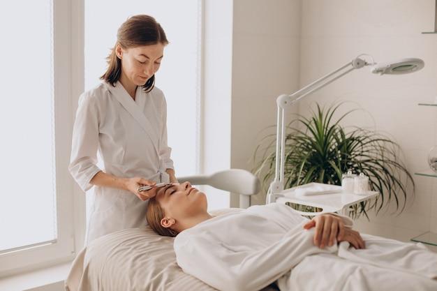 Mulher fazendo procedimentos de levantamento de peso em um salão de beleza