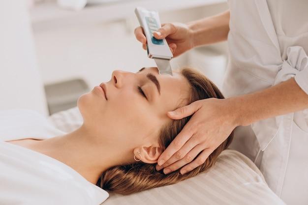 Mulher fazendo procedimentos de tratamento de beleza em um salão de beleza