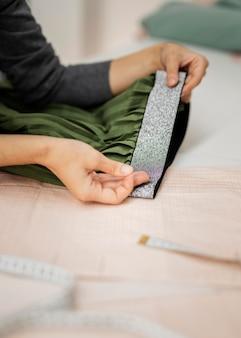 Mulher fazendo saia em tecido
