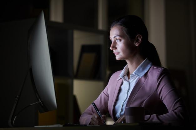 Mulher fazendo seu trabalho no escritório