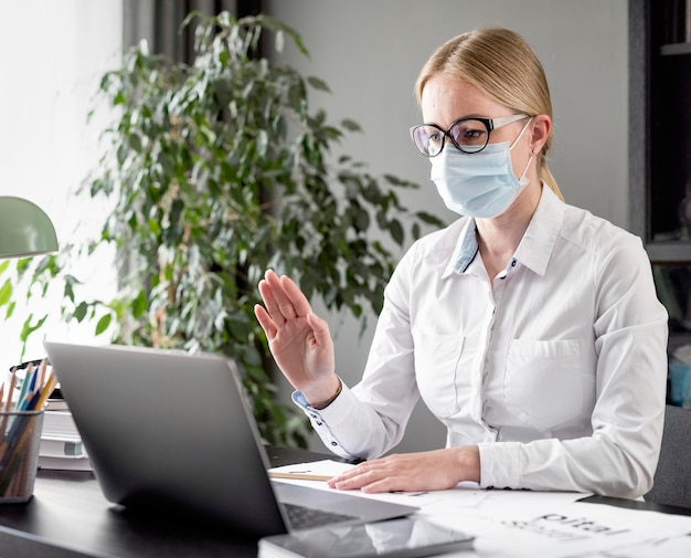 Mulher fazendo suas aulas enquanto usava uma máscara facial