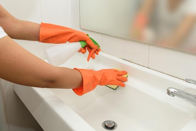 Mulher, fazendo, tarefas, em, banheiro, casa, limpeza, pia, e, torneira, com, pulverizador, detergente