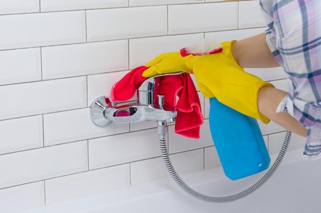 Mulher fazendo tarefas no banheiro em casa