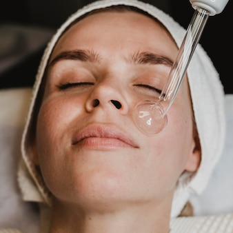 Mulher fazendo tratamento para a pele
