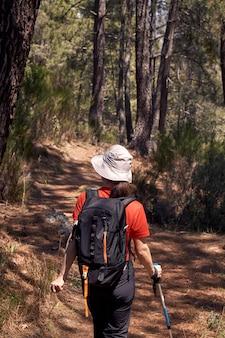 Mulher, fazendo, trekking, em, natureza