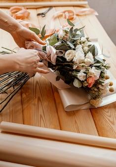 Mulher fazendo um arranjo floral