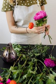 Mulher fazendo um buquê de flores