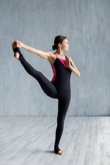 Mulher, fazendo, um, esticando exercício, para, pernas