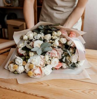 Mulher fazendo um lindo arranjo floral