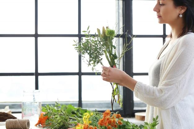 Mulher fazendo um lindo buquê floral