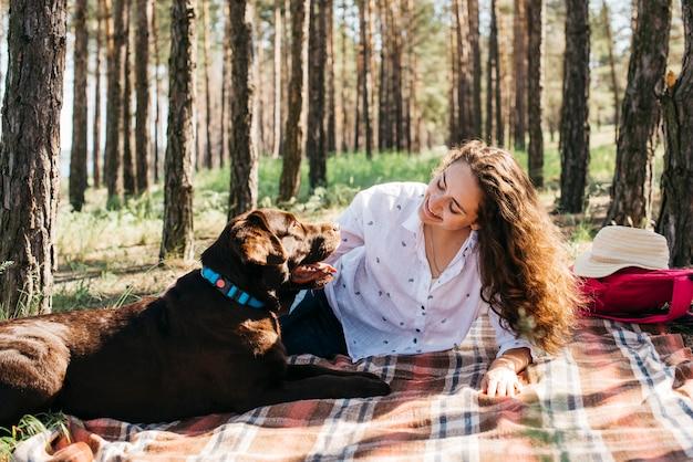 Mulher, fazendo um piquenique, com, dela, cão