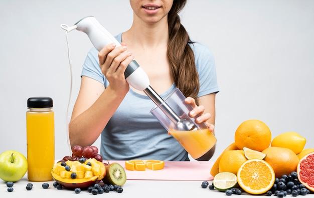 Mulher, fazendo, um, suco laranja