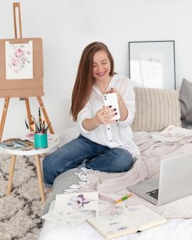 Mulher fazendo um vlog ao vivo no telefone