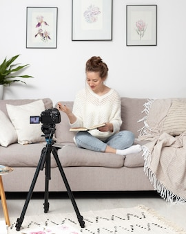 Mulher fazendo um vlog em casa