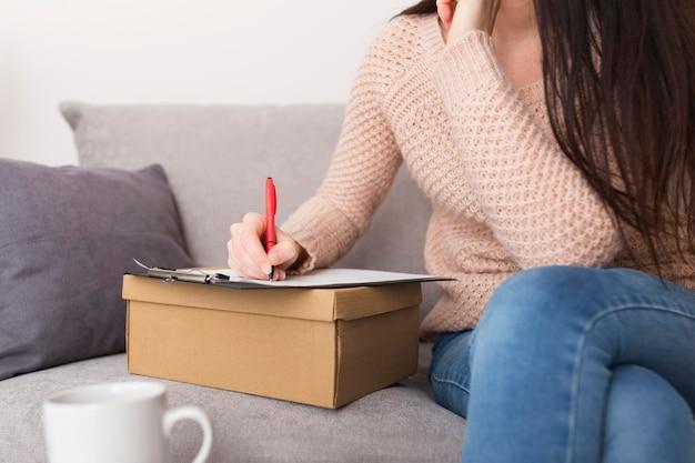 Mulher fazendo uma lista de desejos para a cibernética segunda-feira