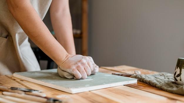 Mulher fazendo uma panela de barro