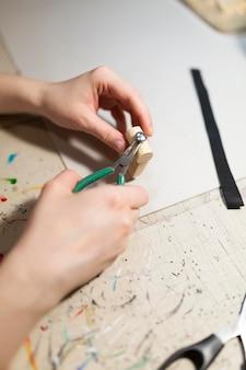 Mulher fazendo uma peça de madeira