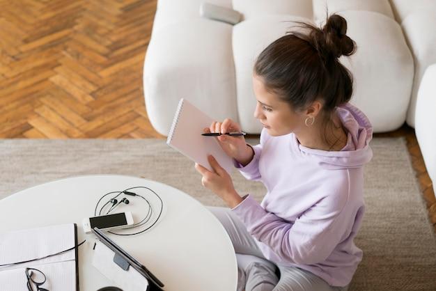 Mulher fazendo uma videochamada em casa