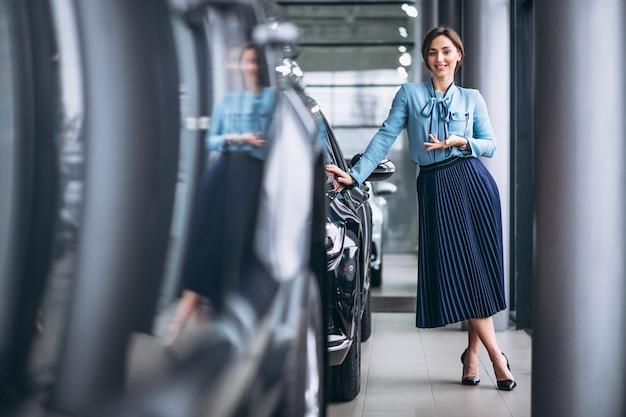 Mulher fazendo uma vontade de comprar um carro