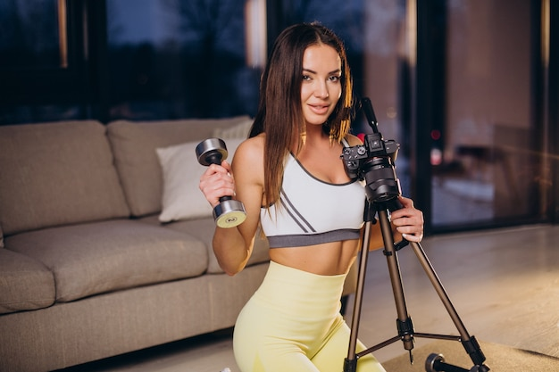 Mulher fazendo vídeo de treino em casa