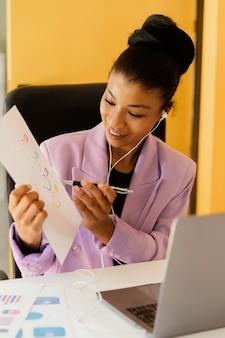 Mulher fazendo videochamada no trabalho