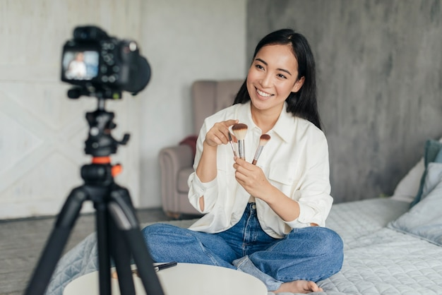 Mulher fazendo vlog sobre maquiagem