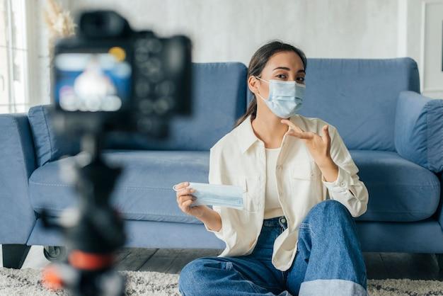 Mulher fazendo vlog sobre máscaras