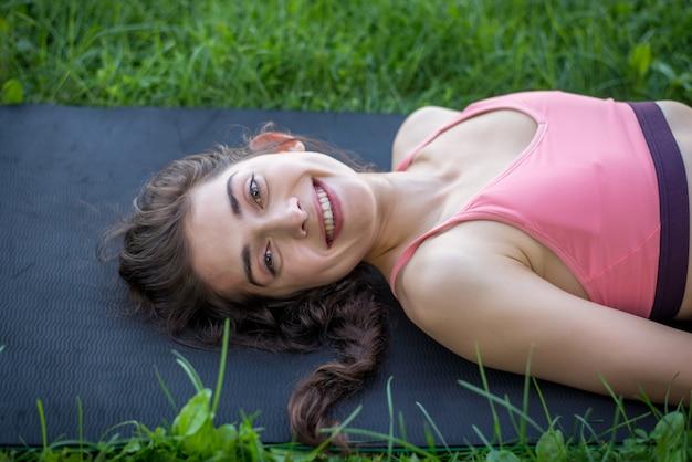 Mulher fazendo yoga em um parque