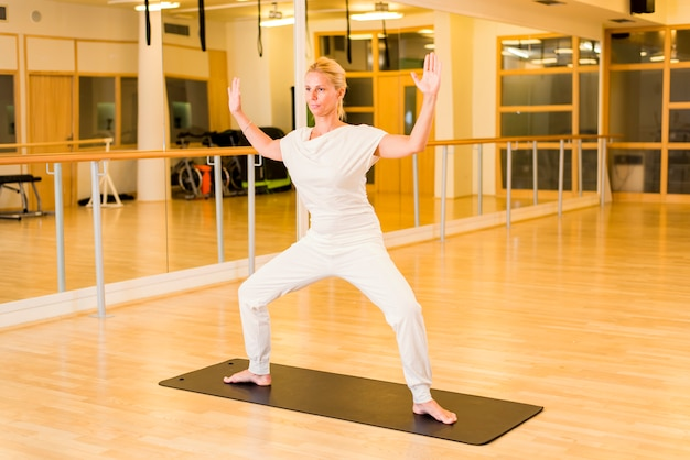 Mulher fazendo yoga no estúdio