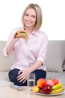 Mulher, fazer, decisão, entre, saudável, ou, comida rápida