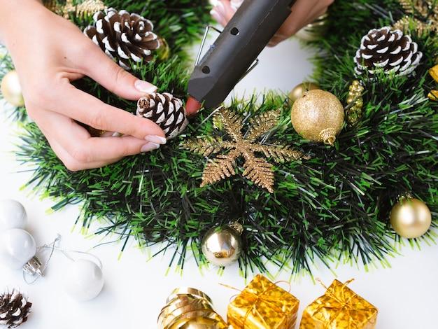 Mulher, fazer, decorações, com, pinha, cones