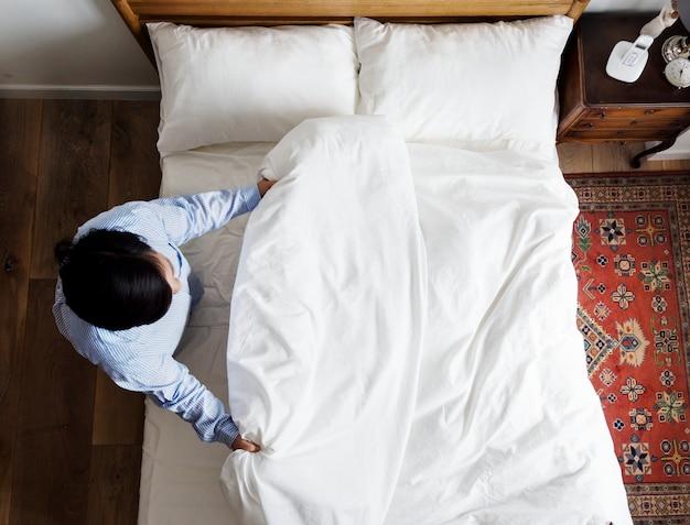 Mulher, fazer, dela, cama, de manhã