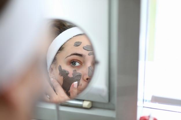 Mulher fazer máscara de chocolate spa em casa