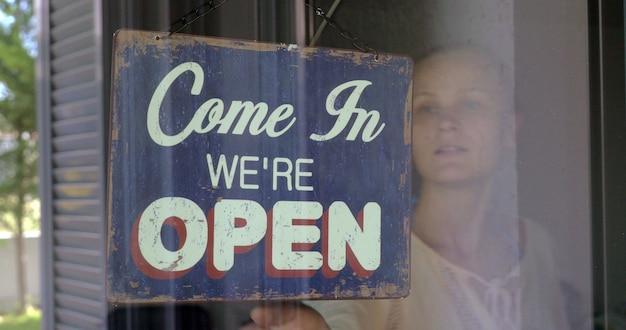 Mulher fechando loja ou café