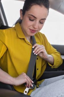 Mulher fechando o cinto de segurança